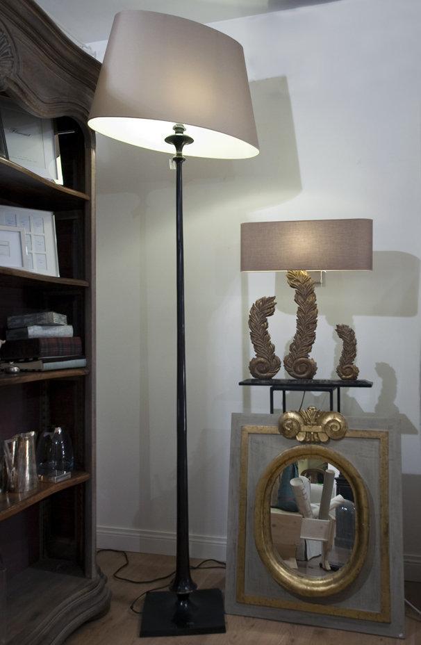 piantana extra long compresa di paralume in fusione di bronzo, 1115, 750. Specchio in legno mis endemheure, 466, 400. lampada mis 590, 370 (FILEminimizer)